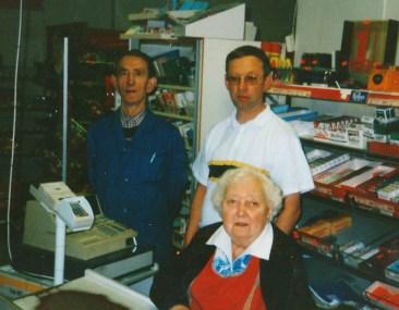 De siste av en lang rekke familiemedlemmer som arbeidet på butikken til O.S.Ilebekk på Homstean: Steinar Ilebekk Olav Upsahl, Steivor Ilebekk.