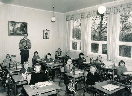 Lærer Josef Kalleberg med klasse ? på Mølla skule.
