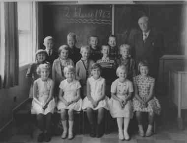 2. klasse 1963: 1. rekke: ?, Elin Upsahl, Inga Halstensen, Reidun Iglebæk, Marit(?) Kalleberg, 2. rekke: Anne Britt(?) Homme, Torhild(?) Iveland, (?), ? Tjomsås, ? Greibesland, 3. rekke: Magne Berg, (?), Amstein Lie (?), ?.