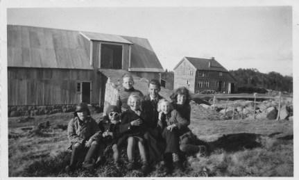 """Bildet av """"Bruget"""". De tre i midten av bildet er Aslaug (foran), Lars og Kåre Sangesland. Personene på hver side er ukjente"""