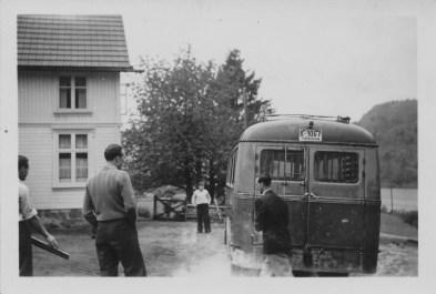 Trolig fra Skoletur for Øvrebø skule - Einar Strandberg(?) bak bussen.
