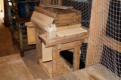 Det er nok mange i Øvrebø som har tjent sine første penger ved å spikre fiskekasser på en benk som denne.