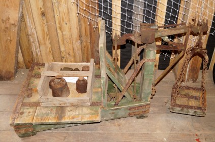 Denne vekta kommer også fra Loland. Den ble brukt til å veie sekker med poteter og korn bl.a.