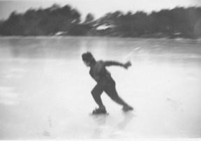 Fra den gang da blank stålis var en selvfølge. Her er det Ingvart Andersen som har fått fart på Skøytene på Støssvann.