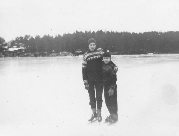 Her ser du to slitne og tilfredse skøyteløpere etter endt dyst på isen på Støssvann: Øyvind Skuland og Ingvart (Bitten) Andersen.