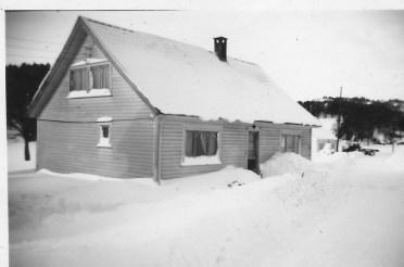 Fra den gang da det virkelig kom snø! Trettemonen, sørligste hus på Homstean, like ved Setesdalsvegen