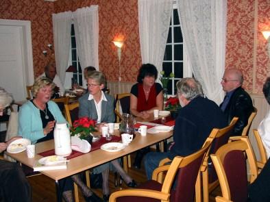 Julemøte på Øvrebø Prestegård. Fra v. Gyro Loland, Gerd Vigdis Slettedal, fru Koland, Per Slettedal, Odd Reidar Loland.