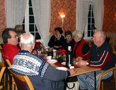 Julemøte på Øvrebø Prestegård. Jan Helge Risdal, med ryggen til Søren Stredet, Brit Håverstad, Gudrun Håberg, Mari og Torleiv Bjerland