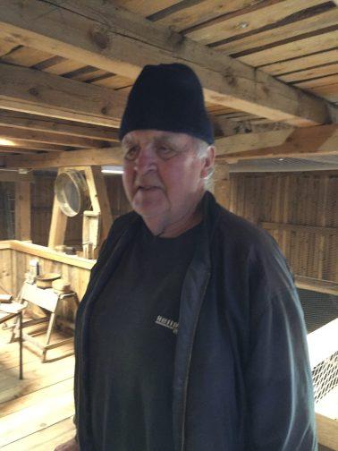 Arne Eikeland har gitt store mengder av gjenstander til historielaget selv om han bor i Songdalen kommune, men tidligere hørte gården Eikeland til Øvrebø