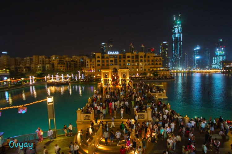 Crowd waiting for the Dubai Marina Fountain show to start