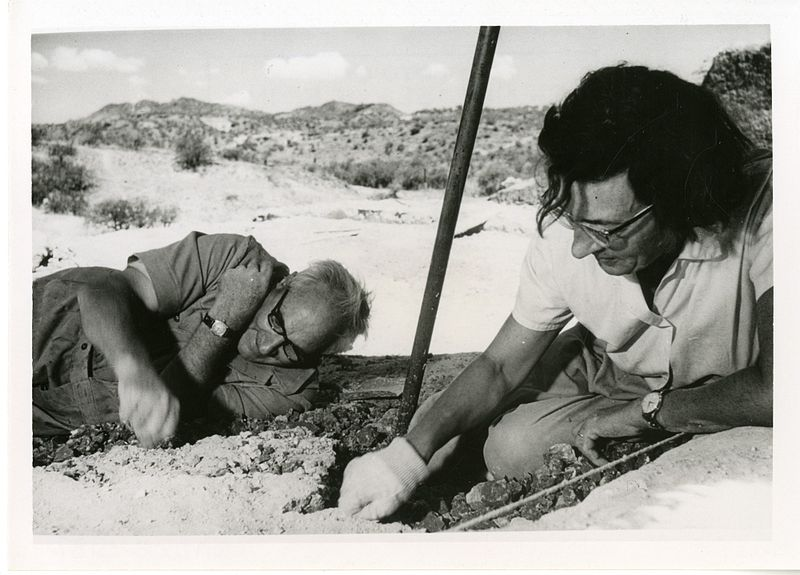 800px-Mary_Douglas_Nicol_Leakey_(1913-1996)_and_her_husband_Louis_Seymour_Bazett_Leakey_(1903-1972)