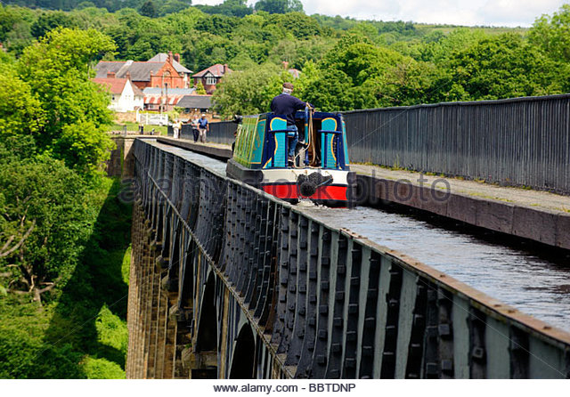 barge-travelling-over-pontcysyllte-aqueduct-on-the-llangollen-canal-bbtdnp