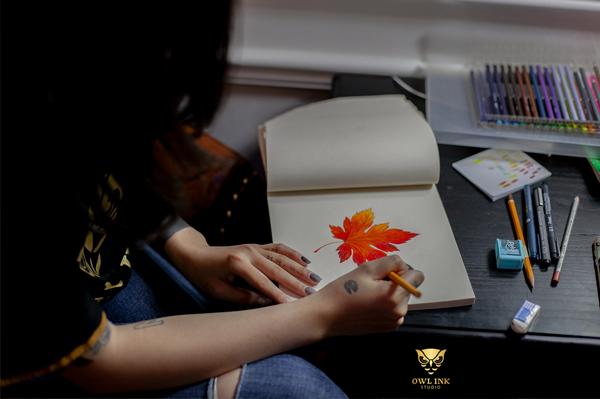 Hình xăm lá phong mang nhiều thông điệp tích cực trở thành nguồn cảm hứng cho các nghệ sĩ sáng tác