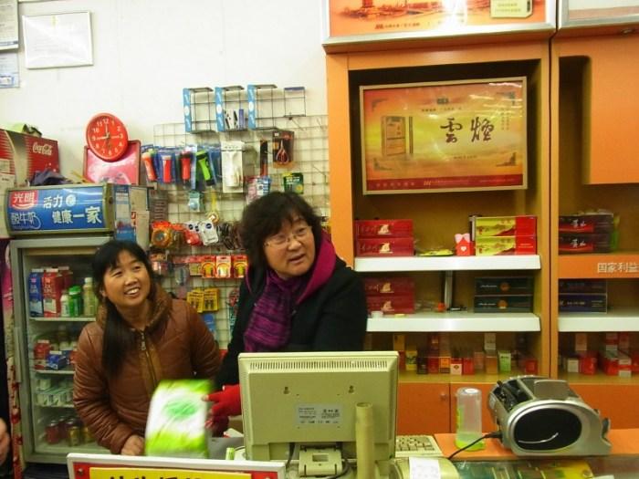 左の店員さん。次長課長の河本さんそっくり。