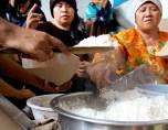 JAKARTA, 4/2 - MENGUNGSI. Dua orang warga dan anaknya beristirahat di tenda pengungsian sementara di Cililitan, Jakarta, Minggu (4/2). Ratusan warga Kalibata dan sekitarnya mengungsi ke tempat yang lebih tinggi akibat rumah mereka terendam banjir, setelah hujan deras mengguyur kawasan Jakarta Minggu dini hari. Banjir di daerah tersebut diperkirakan mencapai empat meter. FOTO ANTARA/Oxalis/Koz/pd/07.