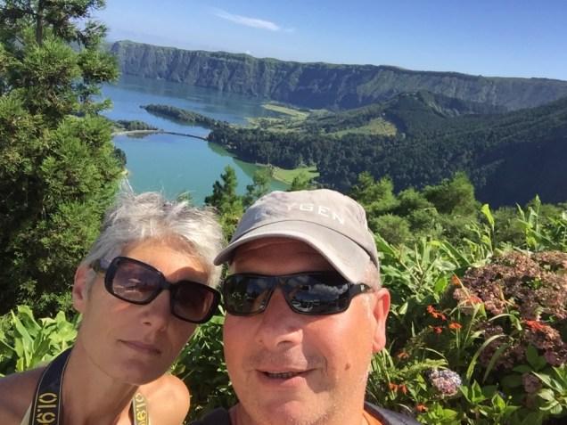 15-syl-et-isa-devant-les-lacs-azul-et-verde-de-sao-miguel