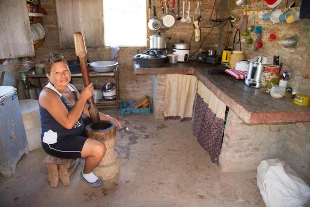 21-cubaine-dans-sa-cuisine-pilant-du-cafe