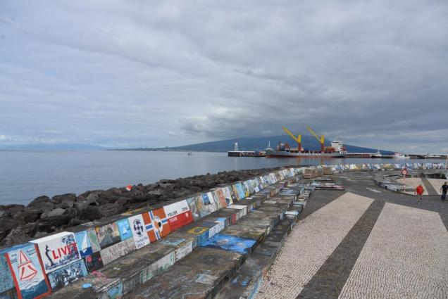 30-pontons-decores-par-les-marins-de-passage-a-horta
