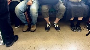 電車の席取りのために荷物を置くルール違反に対処する方法とは
