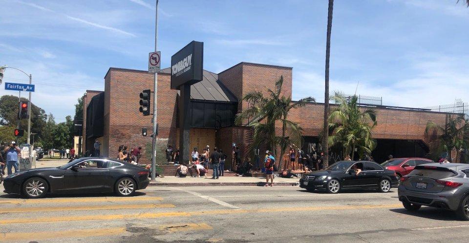 restaurante-los-angeles-famoso-protestas-buena-noticia-comida-bebida-gratis-policia-manifestantes-estados-unidos