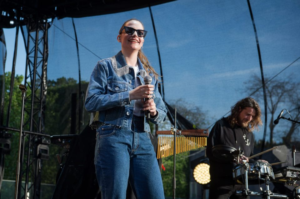 Claire Laffut: La promesa del pop en Bélgica que cambió la pintura por la música