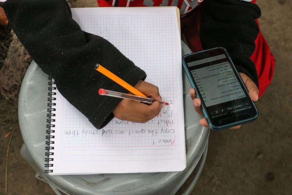 ¡Pura creatividad! Maestros le piden la tarea a sus alumnos con memes y se hacen virales