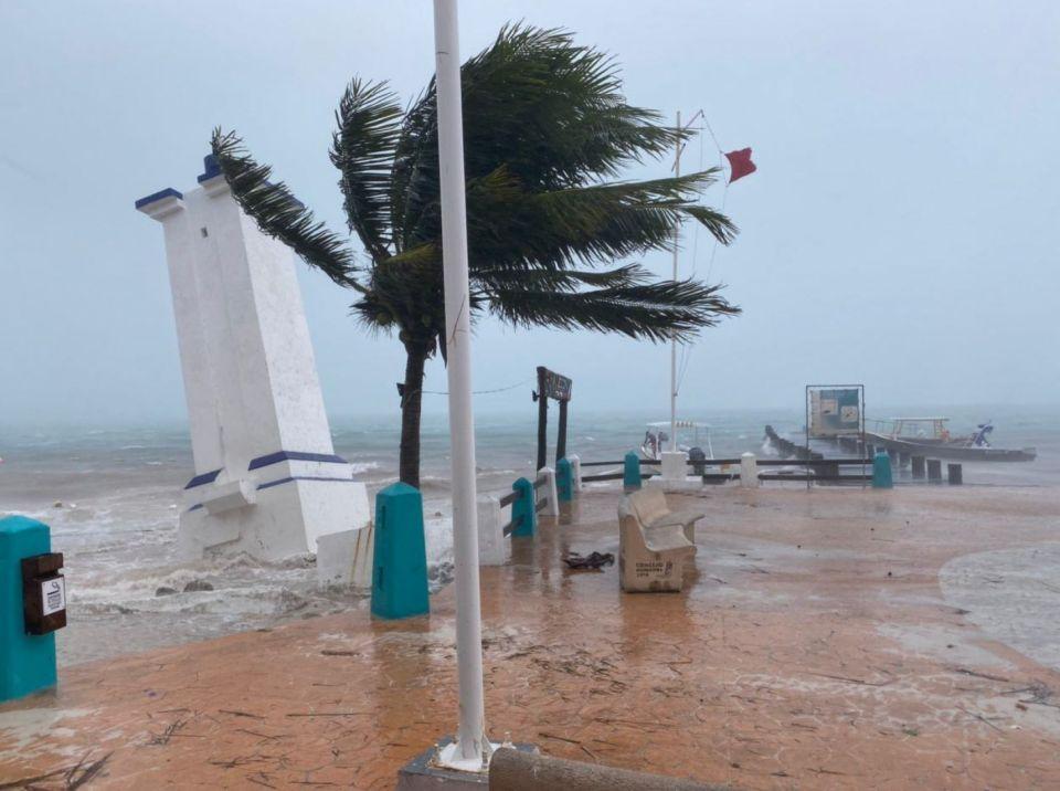 Captan a abuelito en silla de ruedas trabajando bajo las lluvias de la tormenta tropical 'Gamma', en Yucatán