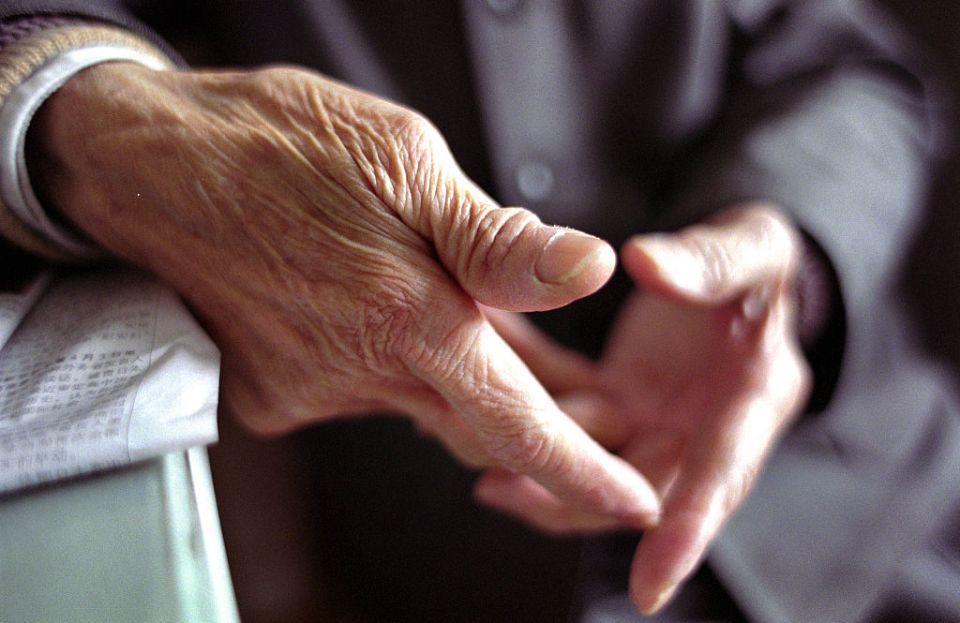 Sniff: Captan a abuelito vendiendo periódicos bajo las lluvias que ha causado 'Gamma' en Yucatán