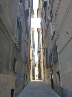 Arrivée à Gênes, les ruelles sont sombres et étroites | In Genova, streets are narrow and dark