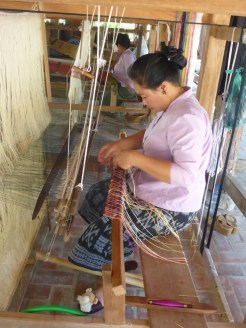 Luang Prabang : métier à tisser traditionnel | traditional weaving loom