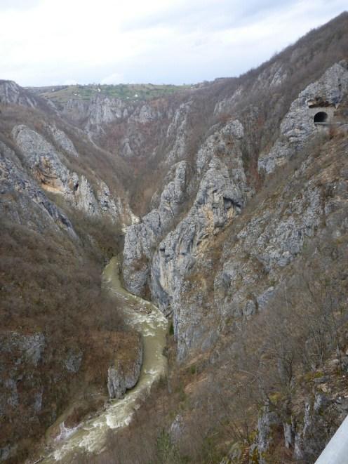 Rivière près de la frontière avec la Serbie