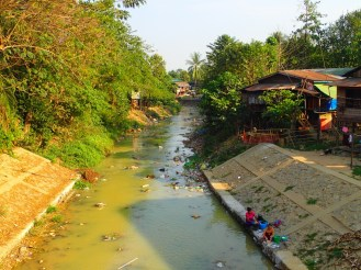 Bago : Lessive dans la rivière (sale) | Laundry in the (dirty) river