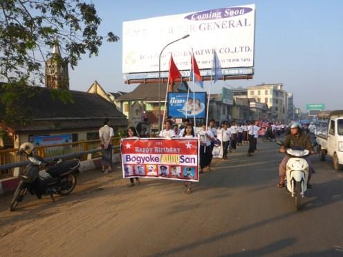 Bago : Procession en l'honneur du Général Aung San, héro de l'indépendance puis martyr et père d'Aung San Suu Kyi | Procession in honour of the General Aung San, hero of the independant and martyr and father of Aung San Suu Kyi