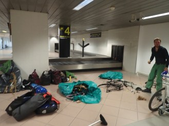 Remontage des velos dans l'aeroport de Bucarest | Reassembly of the bikes in the Bucarest airport