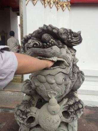 Bangkok : Si Gabriel parvient à retirer la boule de pierre de la gueule du Lion, il est très chanceux | If Gabriel ... to withdraw the spheric stone from its mouth, he is very lucky