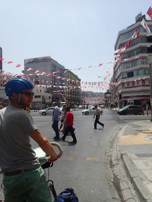 Izmir sous les drapeaux de la campagne electorale   Izmir under the flags of election campaign