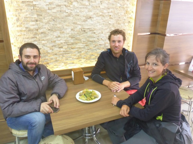 Degustation de baklava avec notre hote Orhan | Tasting of baklava with our host Orhan