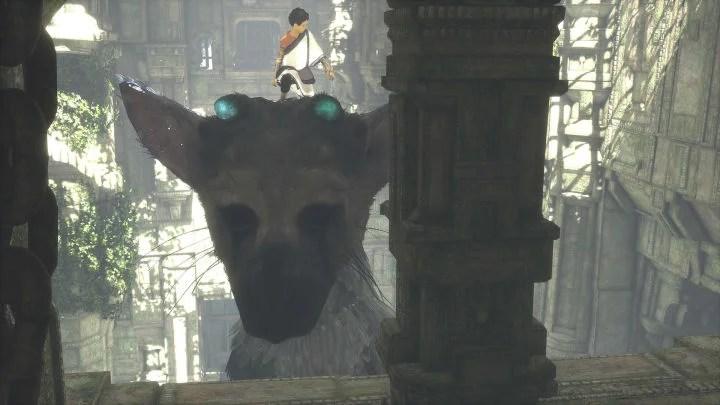 El niño de pie encima de la cabeza de Trico y capaz de llegar a una repisa alta.