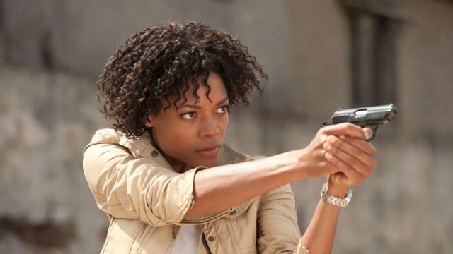 Naomi Harris berperan sebagai Miss Moneypenny dalam film James Bond.