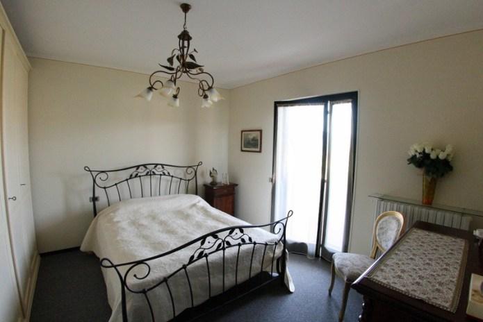 На продажу апартаменты озеро Гарда спальня фото