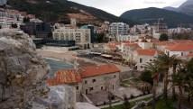 Eski kent ve ardındaki dağın eteklerine yerleşmiş binalar