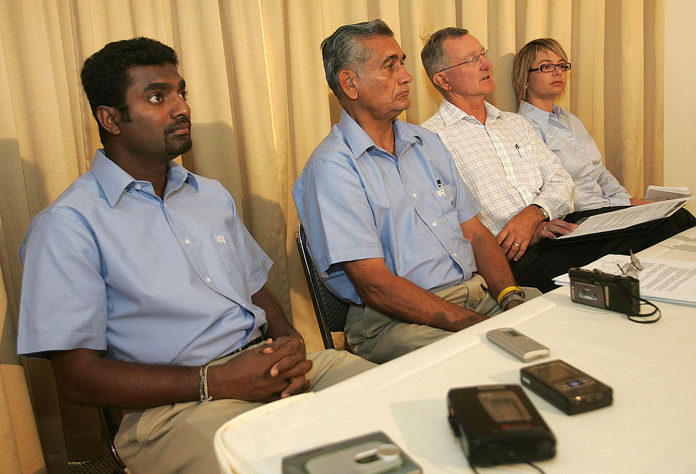 Murali with biomechanists Bruce Elliot (second from right) and Jacqueline Alderson in Perth in 2006 after his action was tested