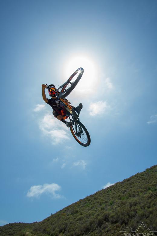 ciclista de montaña en pleno salto, hacer fotografía deportiva no es tan sencillo
