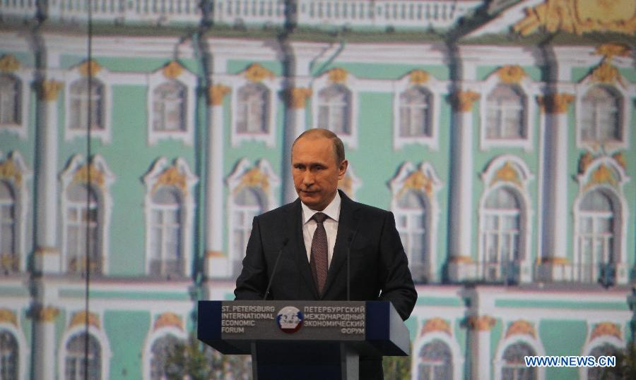 Russian President Vladimir Putin addresses a plenary session of the 19th St. Petersburg International Economic Forum in St. Petersburg, Russia, on June 19, 2015. (Xinhua/Jia Yuchen)