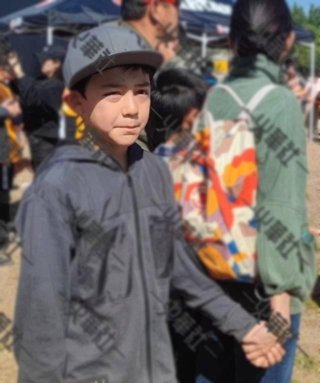 刘烨老婆五一带儿子外出,十岁诺一长高又变帅