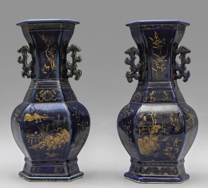 Coppia di vasi in porcellana pudrè,