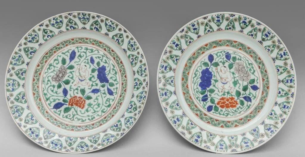 Coppia di piatti in porcellana a decoro Famiglia