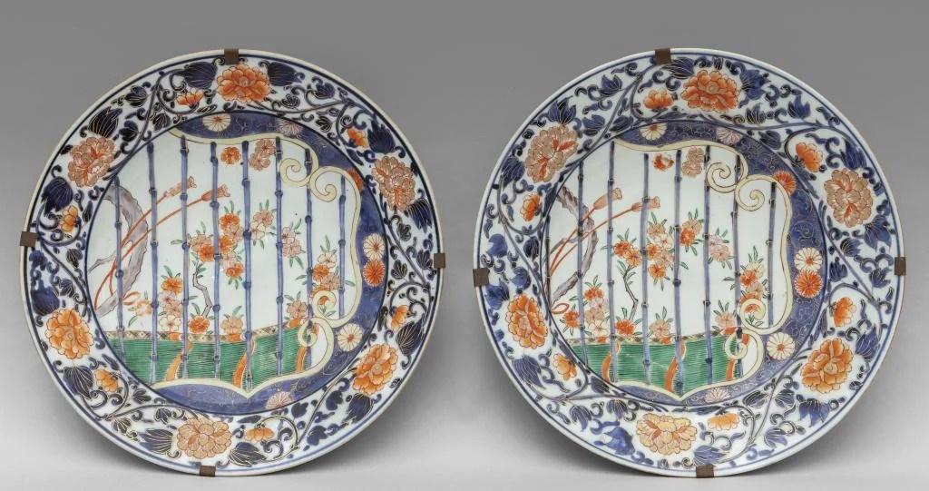 Coppia di piatti in porcerllana decorati in
