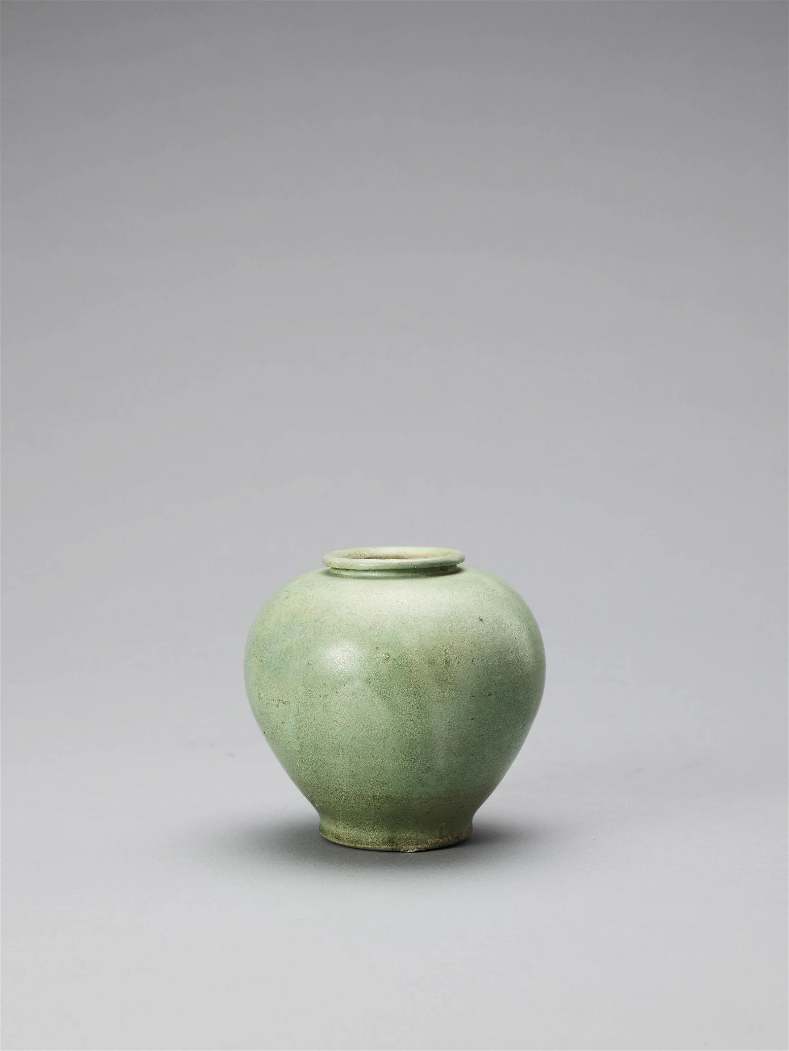 A LIME GREEN-GLAZED POTTERY JAR, TANG