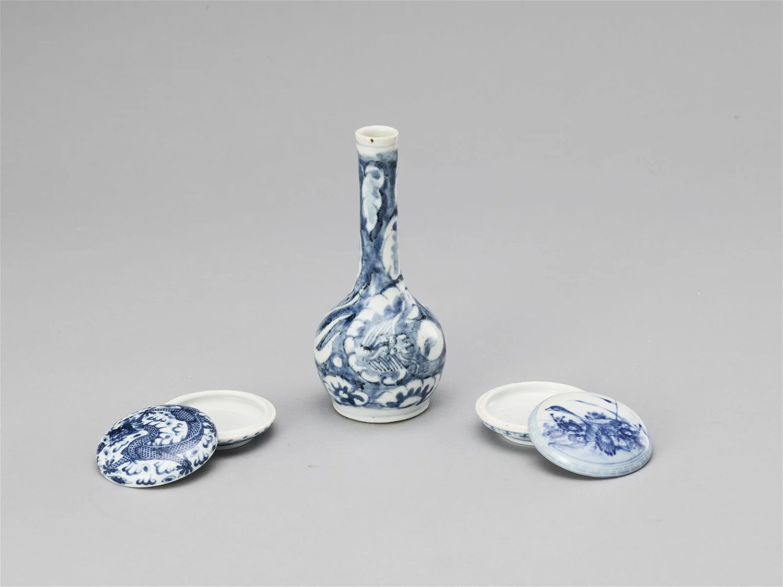 A BLUE AND WHITE PORCELAIN MIXED LOT, QING